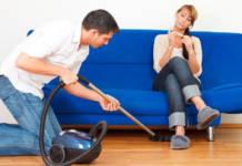 Мужчина за работой по дому